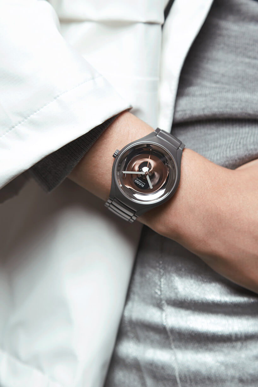 zegarek zbłyszczącą tarczą na ręce