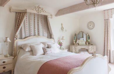białe wnętrze sypialni w stylu francuskim