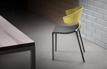 szaro-zielone siedzisko przy stole