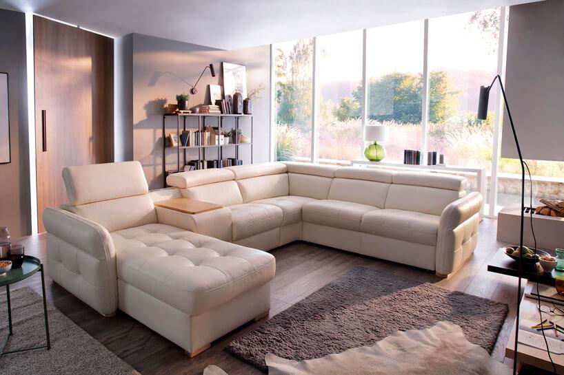 System modułowy Massimo od Gala Collezione beżowa sofa zniskim oparciem ipodnoszonymi zagłówkami zelementem fotela