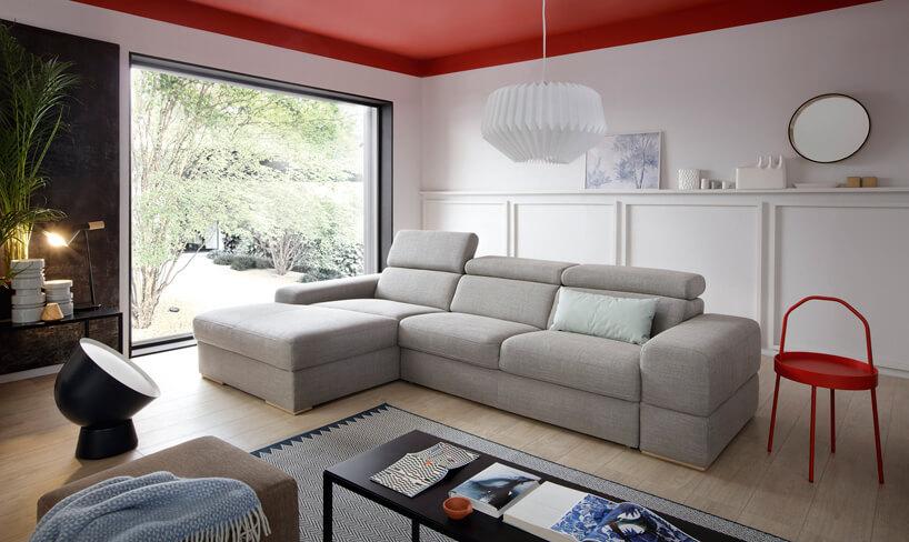 System modułowy Plaza od Gala Collezione szara sofa zpodnoszonymi zagłówkami wbiałym nowoczesnym salonie zdużym panoramicznym oknem