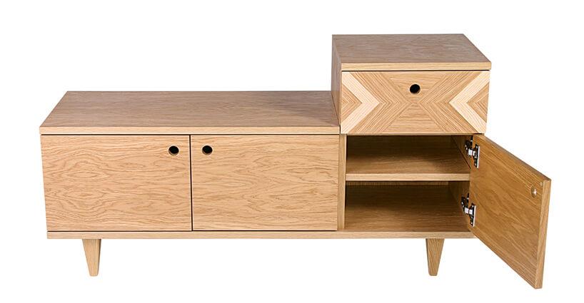 Drewniana komoda zotwartymi drzwiczkami