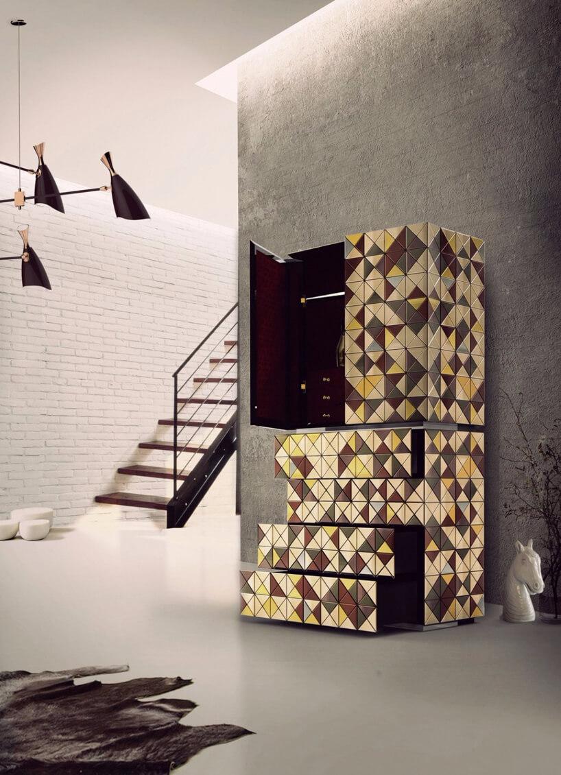 szafka wbordowe szare żółte trójkąty ceramiczna głowa konia białe ściany schody iczarna lampa
