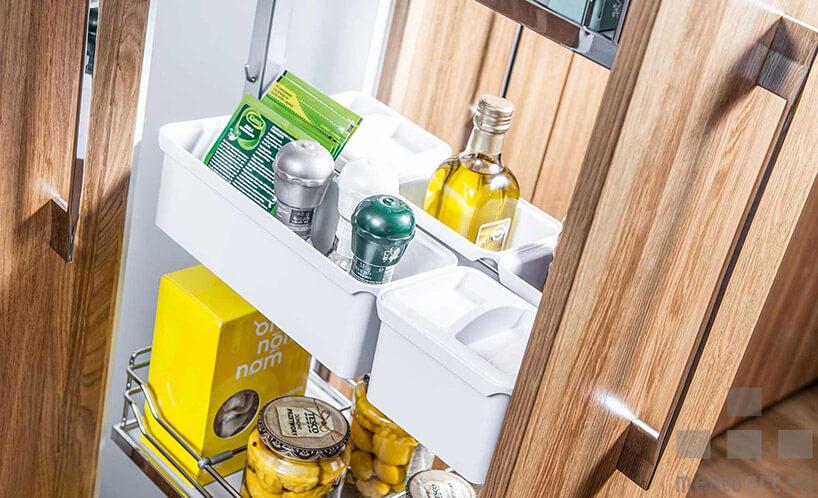 wysuwana szafka kuchenna zorganizerem na przyprawy