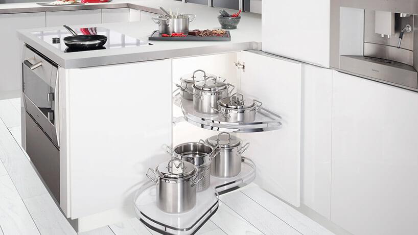 wysuwana szafka na garnki wbiałej kuchni