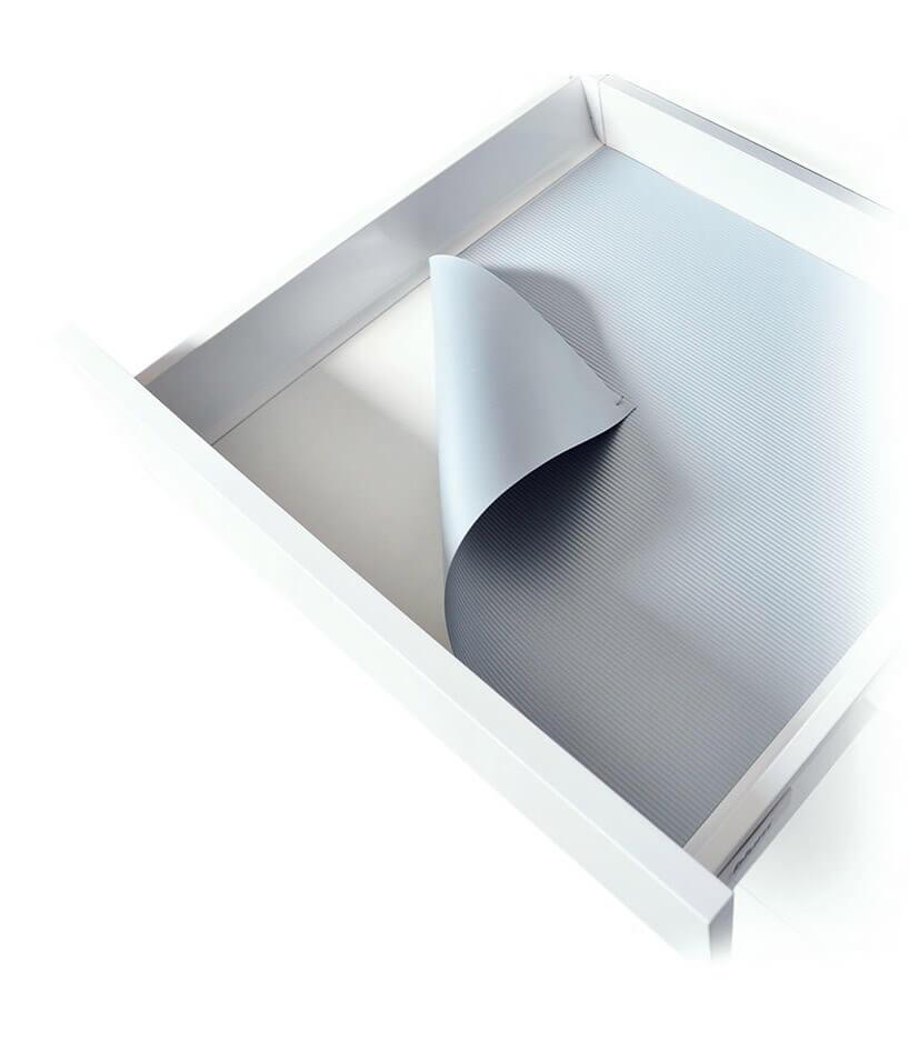 biała szuflada zszarą matą antypoślizogową