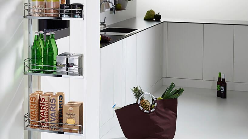 wysoka wysoka wysunięta szafka kuchenna wbiałej kuchni