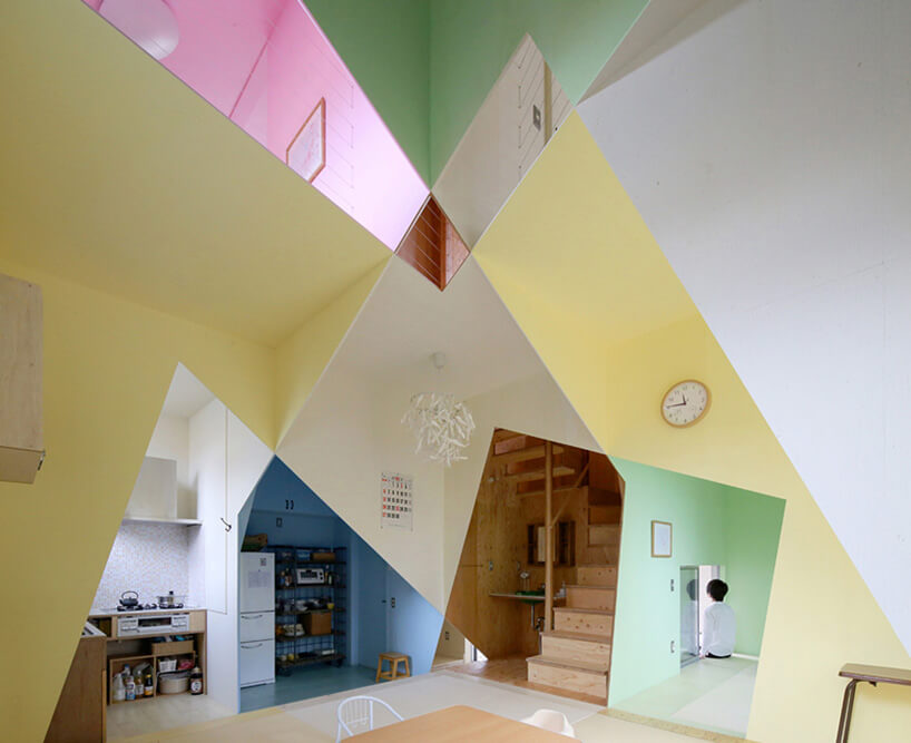 małe wnętrze zróżnokolorowymi intensywnie pomalowanymi ścianami