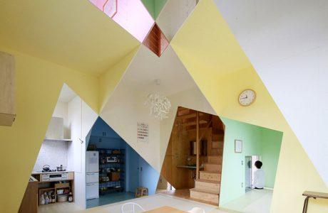 małe wnętrze z różnokolorowymi ścianami