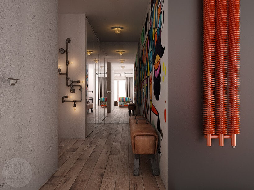 korytarz zgrafiti na ścianie czerwonym kaloryferem iskórzanymi koziołkiem do siedzenia
