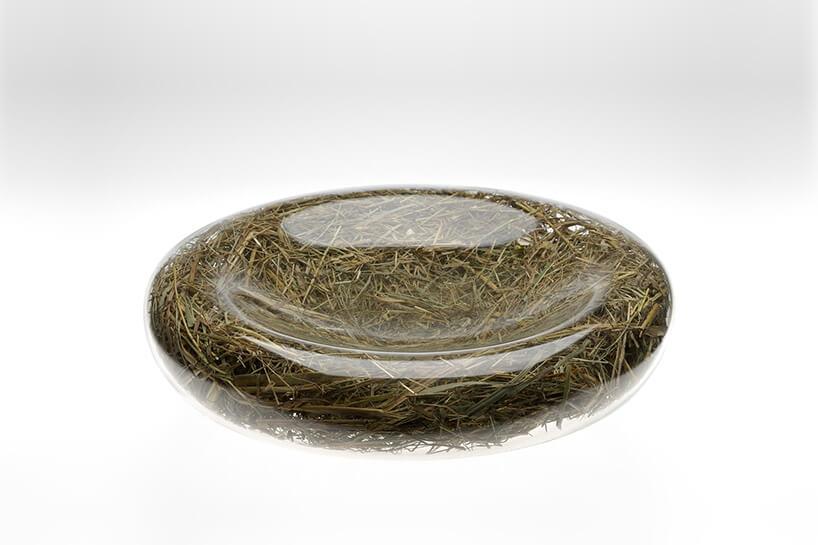 szklana misa udekorowana od środka sianem