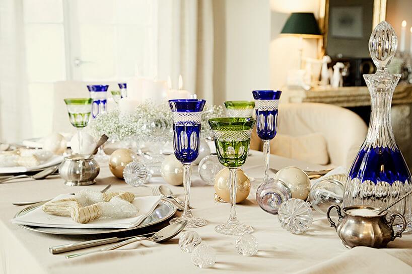 zastawiony stół zniebieskimi izielonymi kryształami