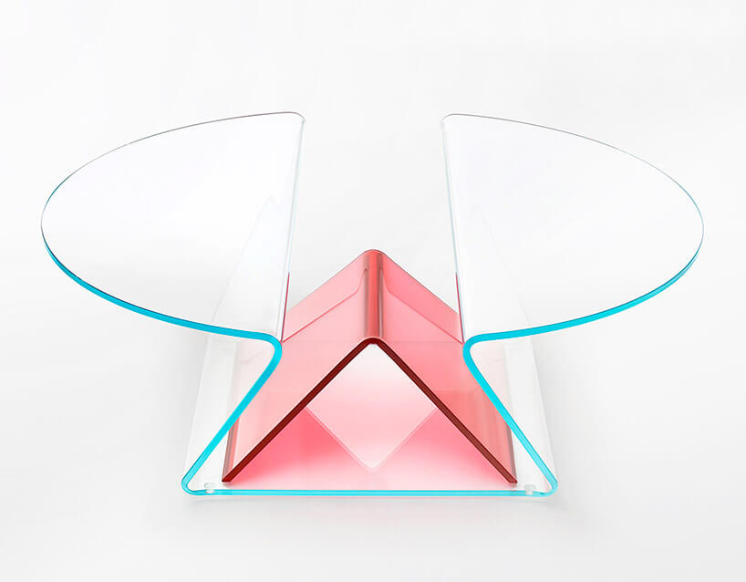 stolik zjednego giętej tafli szkła