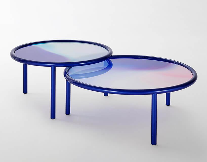 dwa fioletowe szklane stoliki