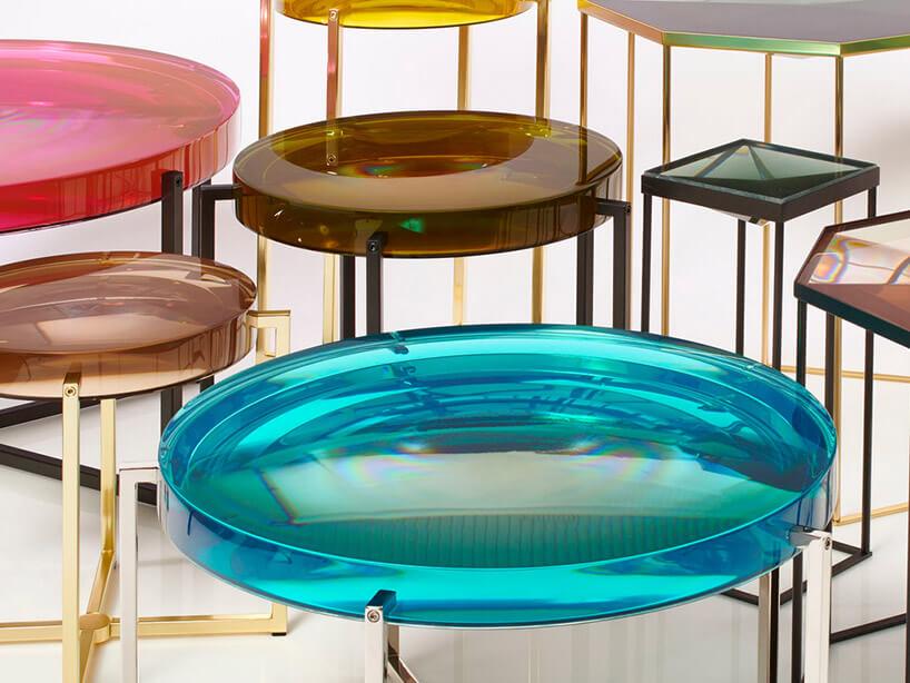 kilka stołków ze szklanymi kolorowymi siedziskami