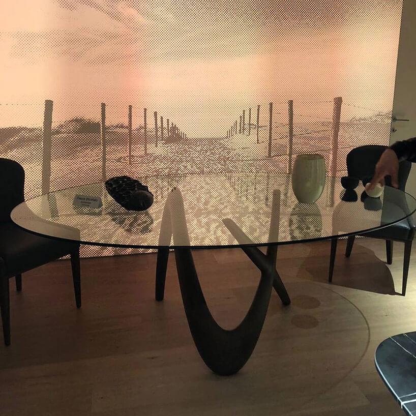 szklany duży okrągły stół