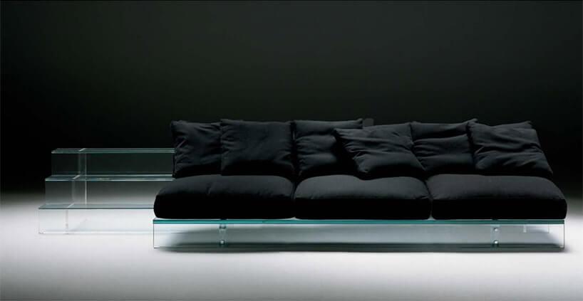 czarna sofa ze szklaną podstawą