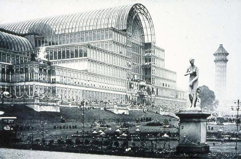 stare zdjęcie szklanego budynku