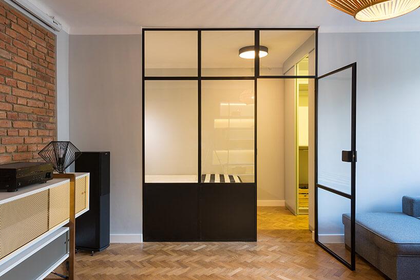 szklana ściana działowa zelementem drzwi wo mieszkaniu