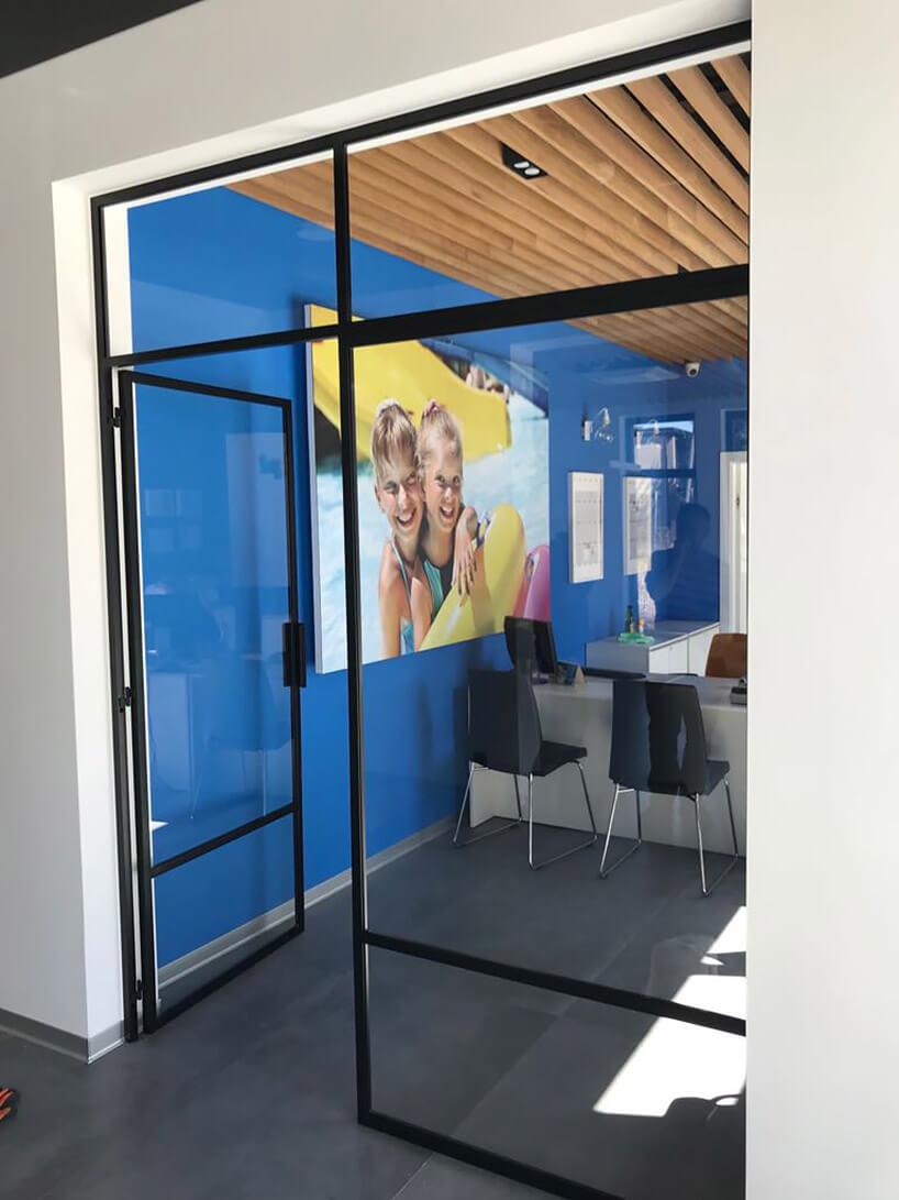 niebieskie wnętrze ze szklanymi drzwiami