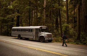 szkolny autobus na poboczu