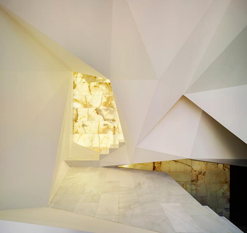 oświetlona biała ściana