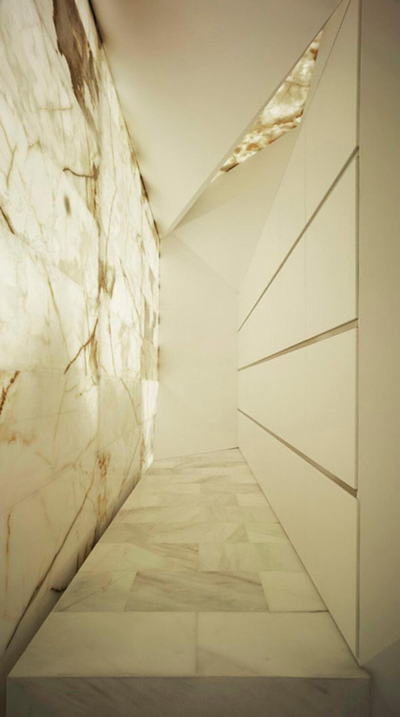 marmur na ścianie oraz podłodze