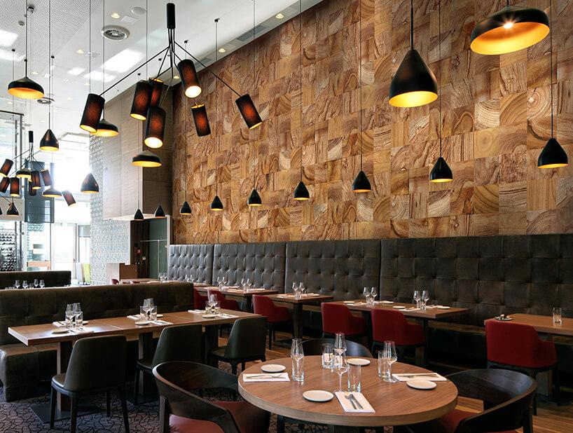 restauracja ztapetą imitującą drewno