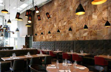 tapeta imitująca drewno w aranżacji restauracji