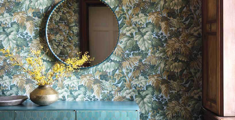 fototapety 3d zmotywem roślinnym jako tło dla zielonej komody idużego okrągłego lustra