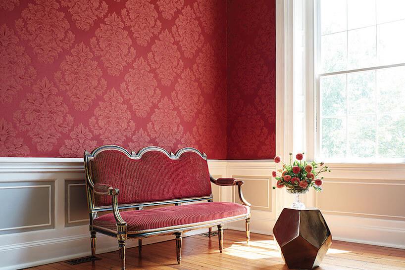 fototapety 3d czerwona zwzorem barokowym we wnętrzu zczerwoną klasyczną sofą