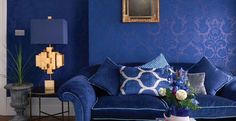 fototapety 3d niebieska wniebieskim salonie zniebieską sofą iniebieską lampą stojącą