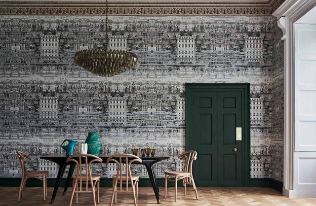 fototapety 3d czarno-biała panorama kamienic w jadalni z czarnym stołem drewnianymi krzesłami i zielonymi drzwiami