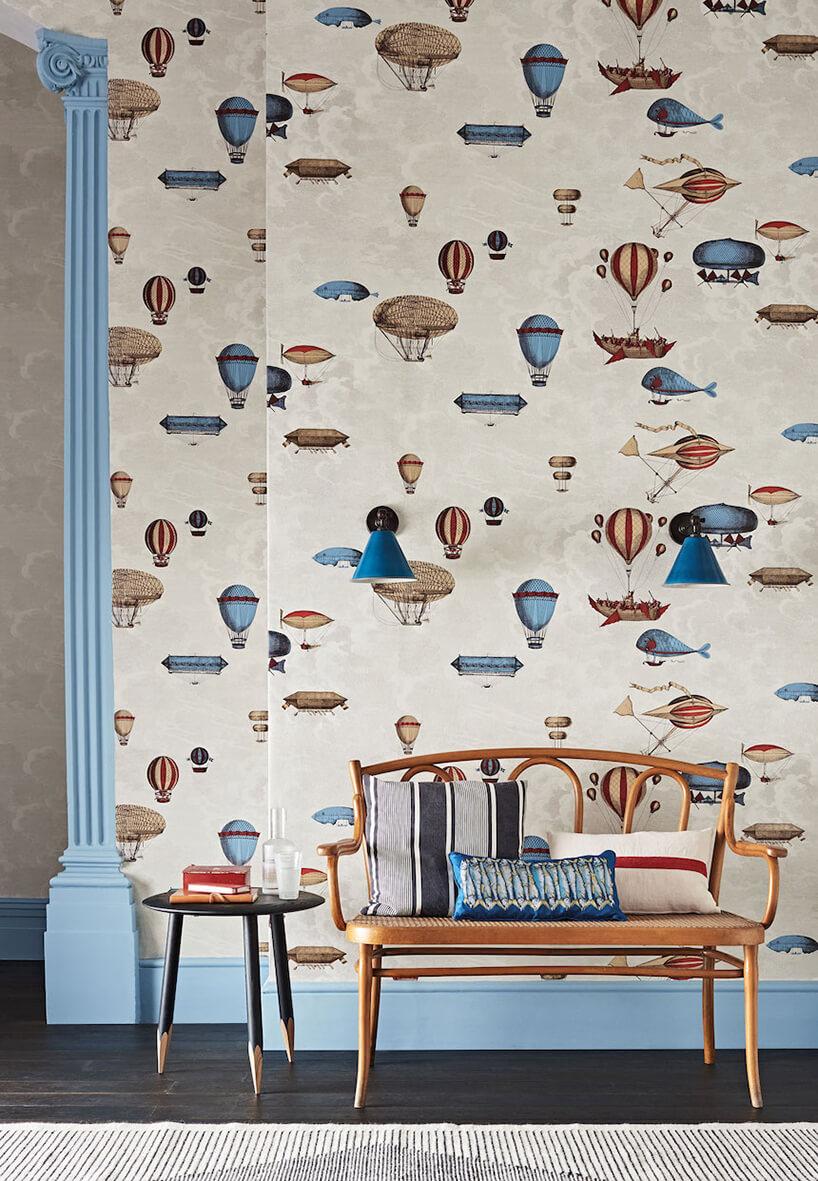 wyjątkowa tapeta do pokoju dziecięcego zróznymi balonami jak tło dla ławki istolika