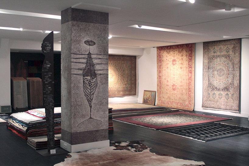 szara tapeta na filarze pomieszczenia zdywanami
