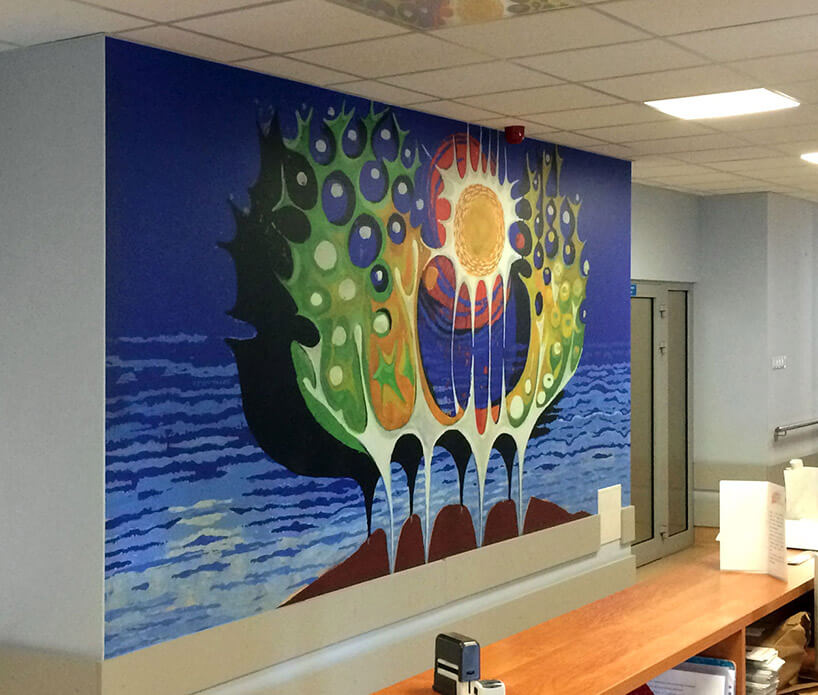 kolorowa tapeta na ścianie szpitala