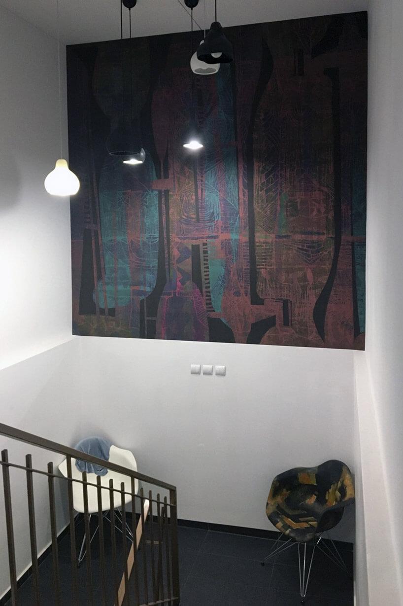 ciemna tapeta wyeksponowana jak obraz