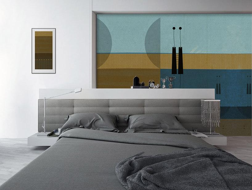 sypialnia zszarym łóżkiem itapetą na ścianie