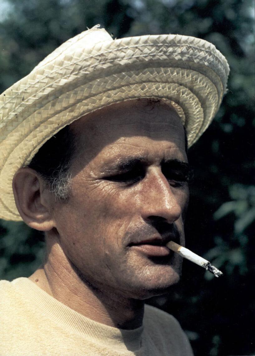 zdjęcie mężczyzny wsłomkowym kapeluszu