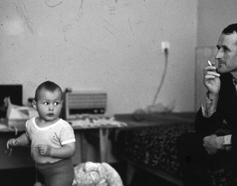 czarno-białe zdjęcie ojca zsynem