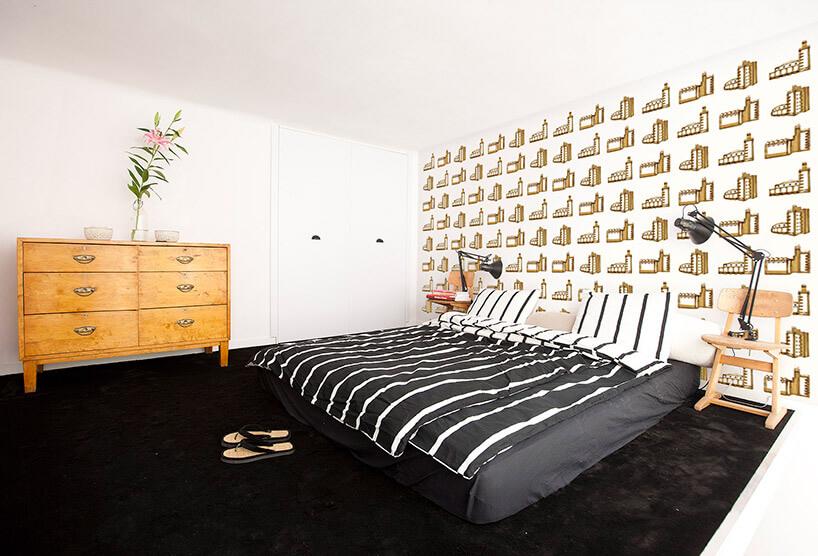 biało-czarna sypialnia zwinylową tapetą