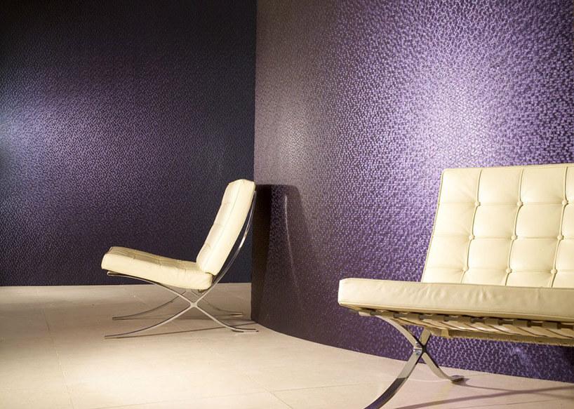 dwa białe fotele na tle fioletowej tapety