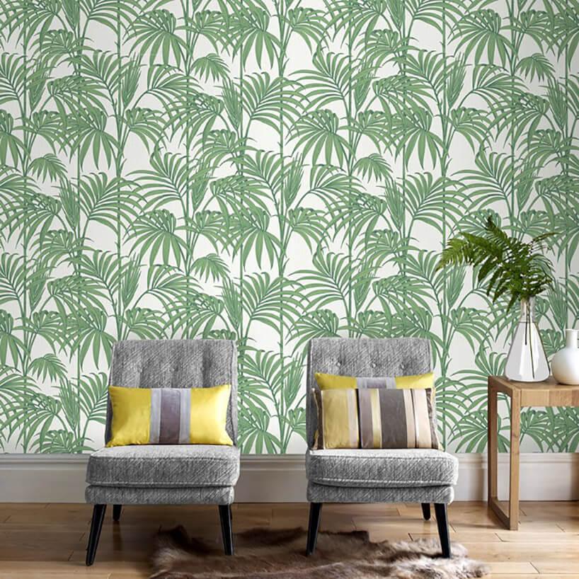 dwa fotele istolik na tle tapety zmotywem zielonych liści