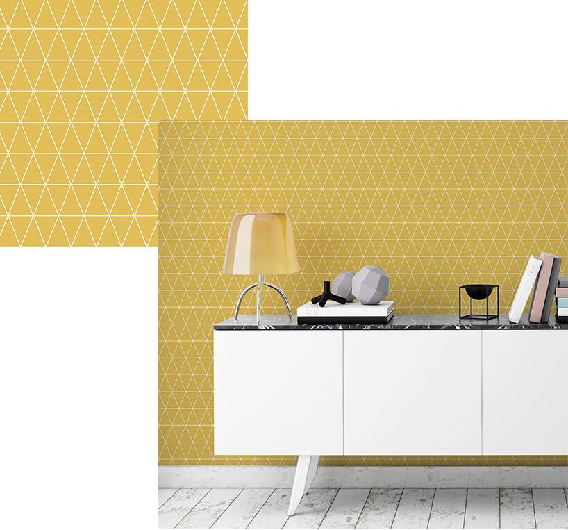 biała szafka zlampką na tle żółtej tapety wbiałe romby