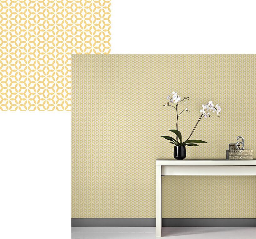 prosty biały stolik zkwiatem na tle tapety wregularne wzory