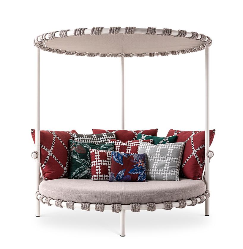 okrągłe szare siedzisko zzadaszeniem na białym metalowym stelażu zwieloma kolorowymi poduszkami
