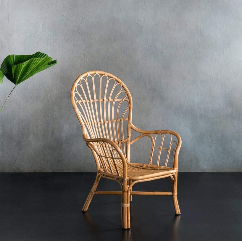 wiklinowe krzesło na ciemnej szarej podłodze