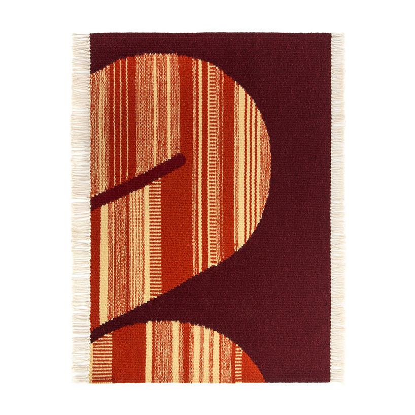 brązowy dywan zrudym elementem ibiałymi frędzlami