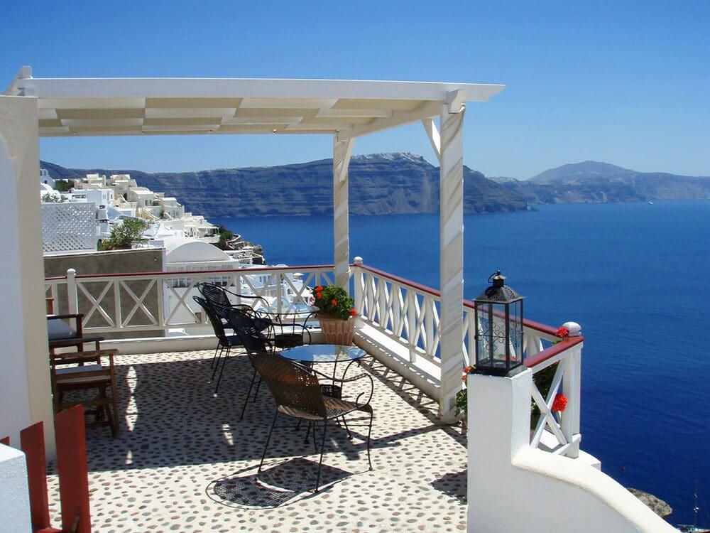 Taras wstylu śródziemnomorskim: lekkie meble ibliskość natury