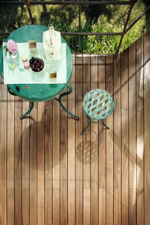 drewniany taras oraz stary stolik istołek wzielonym kolorze